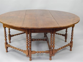 313 A late 17thC Irish yew wood drop leaf double gateleg dining table